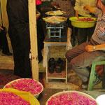 Schade, können Fotos nicht riechen. Rosenblütenverkauf im grossen Basar in Täbris.