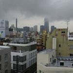 Das höchste Gebäude in Japan hält seine obersten Stockwerke in die Wolken. Ausblick von unserem Balkon in Jokohama.