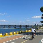 Selbst in der 10 Millionenstadt führen tolle Radwege dem Fluss entlang.
