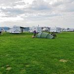 Einmal mehr sind wir mit dem Zelt Exoten auf dem Campingplatz.
