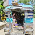 Jeepney fahren ist sehr günstig (18 km bis Tagbilaran, hin und zurück, zwei Personen Fr. 2.-) und immer ein Erlebnis.