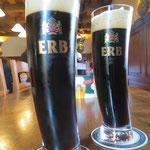 Das Schwarzbier hat 13% Alkohol. Das Spezialbier hat dann 18%, davon haben wir die Finger gelassen.