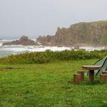 Regen und heftiger Wind treiben uns früh aus dem Zelt.