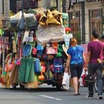 Gemäss Bea versteckt sich ein Trycicles unter den Waren des Strassenhändlers . . .?