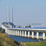 Schwungvolle Brücke nach Stralsund, leider nicht für Velofahrer.