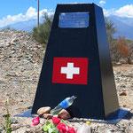 Kurz vor Villa Union die Gedenktafel für die 2004 hier in der Nähe ermordete Schweizer Radfahrerin Annagreth Würgler.