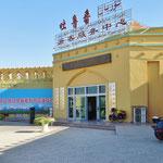"""""""Turpan Tourismus Center""""-Frust: keine englischen Infos, keine englische Auskunft. Sechs gelangweilte Angestellte spielen am Handy."""