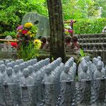 Zum Andenken an Verstorbene werden Steinfiguren gespendet.