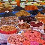 Nüsse und Gewürze auf dem Wochenmarkt - Genuss für Augen und Nase.