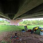 Schlafen unter einer Brücke. So weit ist es mit uns schon gekommen . . .
