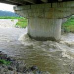 Der Fluss ist in der Nacht um einen halben Meter gestiegen.