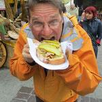 Brot, Schweineschmalz, Zwiebelringe und gerösteter Schinken . . . sooo guet!!