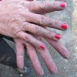 Passt doch gut: Velofett und rote Fingernägel