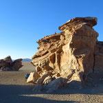 Felsen beim Arbol de Piedra. Wind und Sand haben kunstvolle Formationen geformt.