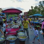 Auf dem Nachtmarkt von Uthai Thani.