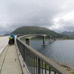 Enormer Seitenwind auf der Brücke. Wir überqueren sie zu Fuss.