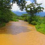 Bäche und Flüsse führen Hochwasser. Für die Menschen hier ist das alltäglich.
