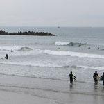 Wellenreiten ist an den Stränden des Pazifiks sehr beliebt.