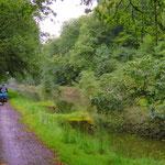 Am Oberlauf des Kanals liegen etliche Bäume im Wasser. Kein Schiffsverkehr möglich.