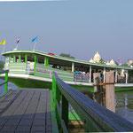 Die Fähre bringt uns in Mueang Samut Songkhram über den Fluss.