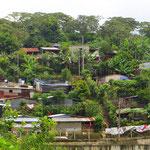 Vor allem auf dem Land leben viele Menschen in sehr einfachen Wellblechhütten.