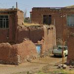 Auf dem Land sehen wir in den Dörfern alte Lehmbauten, die leider vielfach verfallen.