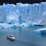 Der Perito Moreno stösst täglich ca. 2 Meter in den See vor.