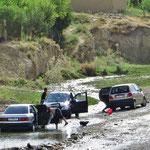 Auch das ist Kirgistan: Autos im sauberen Bach waschen.