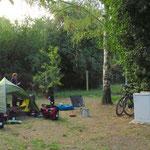 Die alten Kühlschränke gehören zum Zeltplatzinventar (nicht angeschlossen :). Wir sind froh, einen Campingplatz gefunden zu haben.
