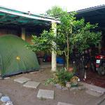 Wir dürfen im kleinen Garten unser Zelt aufstellen.