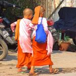 Zwei Novizinnen auf Betteltour, resp. helfen den Gebenden, ihr Karma zu verbessern.