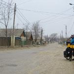Staubige Strassen in den Dörfern. Nur die Hauptstrasse sind geteert.