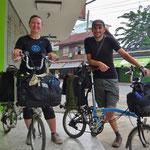 Mila und Dmitry aus den USA mit kleinen Rädern auf grosser Tour.