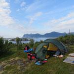 Camp hoch über einem Fjord.