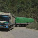 Die grossen Lastwagen haben mühe, die engen Kurven zu kriegen.