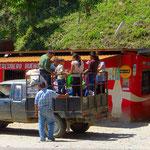 Nur wenige Honduraner können sich privat ein Auto leisten. Neben Collectivos (Kleinbussen) sind Pickups oft genutzte Transportmittel.