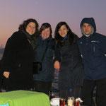 Wir geniessen einen Cay mit Miriam, Tuna und Halis am abendlichen Bosporus