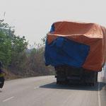 Kurz nach der Grenze sind Dutzende schwer mit Holz beladener LKW's nur im Schritttempo unterwegs.