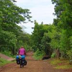 Die Strassen in den Dörfern sind selten asphaltiert.