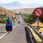 Verbot hin oder her, wir haben keine Wahl. Die Polizei lässt uns pedalen.