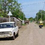 Unsere Strasse führt oft durch kleine Dörfer. Fast kein Verkehr.