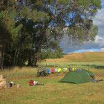 In Tarras dürfen wir nach einem Regentag bei schönem Abendwetter auf privatem Grund zelten.