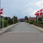 Mehr Patriotismus geht fast nicht mehr (kleine Strasse in einem Dorf).