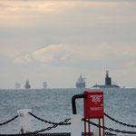 Viel Schiffsverkehr in den Dardanellen, sogar ein U-Boot sehen wir (im Vordergrund)