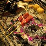 Wir geniessen ein superfeines Abendessen in einem traditionell japanischen Ryokan.