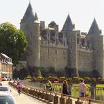 Das prächtige Schloss von Josselin am Canal de Nantes à Brest.