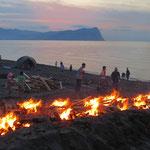 Am Abend wird am Strand ein grosses Feuer entfacht um Tongefässe zu brennen.