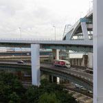 Im Hafen führt eine Tremola zur hohen Brücke über das Hafenbecken.