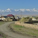 In der Ferne ist der Pik Lenin, 7134 m, zu erkennen.