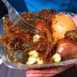 Das Menu nennt sich Charque. Gekochtes Ei, Kartoffeln, Mais, Lamafleisch (sieht aus wie Algen).